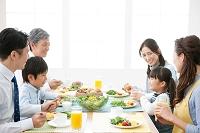 朝食を食べる3世代日本人家族