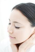 顎に触れている日本人女性
