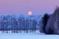 北海道 日高山脈と月の入り 帯広市
