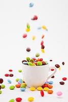 カップに入ったマーブルチョコレート