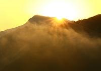 奈良県 朝日さし込む山の朝