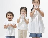 ペットボトルを持つ日本人の子供達