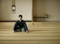畳に正座して手をつく日本人男性