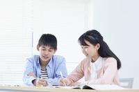 勉強する日本人の子供