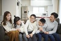 ソファーでくつろぐ日本人家族