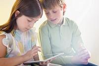 タブレットを使う男の子と女の子