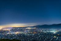 富山県 医王山から見た散居村と星空
