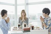 食事の挨拶をする大学生と留学生