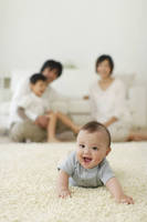 赤ちゃんを見守る日本人家族