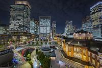 東京駅丸の内駅前広場と高層ビル群の夜景