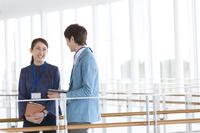 会話する日本人ビジネス男女