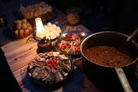 キャンプ ランタンに照らされる料理