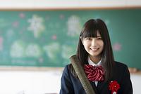 卒業証書を持ち微笑む女子学生