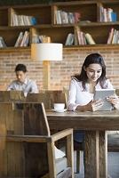 カフェでタブレットを使う女性