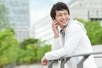 電話する日本人男性