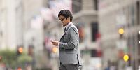 スマートフォンを見る男性 ビジネス