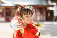 紙風船を持つ晴れ着の女の子