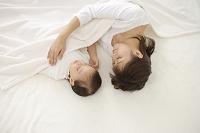 眠るお女の子とお母さん