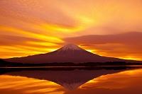 静岡県 朝焼け雲と逆さ映りの富士