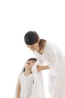 髪の毛を乾かしてくれるママ