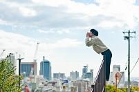 街を望む日本人女性