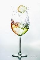カラフルな水の入ったワイングラス