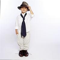 ぶかぶかの紳士服を着た男の子