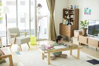 タブレットPCを見て勉強する日本人の女の子