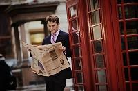 新聞を読む外国人男性