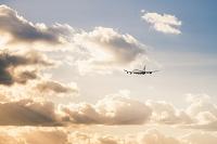 日没の空と飛行機