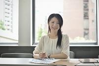 デスクワークする日本人ビジネスウーマン