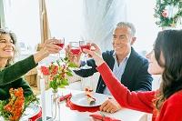 クリスマスディナーを前に外国人家族で乾杯