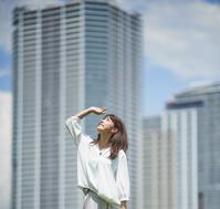 白いシャツを着た若い日本人女性