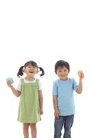 財布を持ち笑顔の日本人の子供達