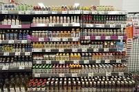 スーパー - 種類の豊富な陳列棚:調味料など