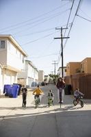 住宅街で遊ぶ子どもたち