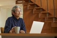 遠くを見つめる中年日本人男性