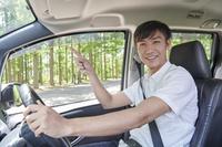 指を指す日本人男性