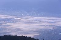山梨県 朝霧たなびく甲府盆地の街並みと富士川