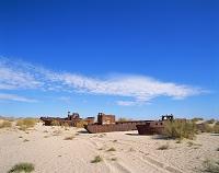 ウズベキスタン 「船の墓場」といわれるアラル海(干上がった塩...