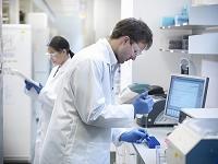 液体の調査をする科学研究者