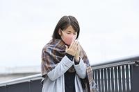 カラーマスクをつけた日本人女性