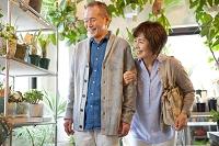 花屋で鉢植えを見るシニア夫婦