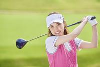 ゴルフをする日本人女性