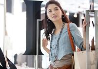 ドアを開ける日本人女性