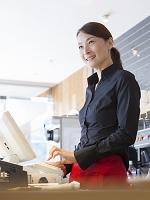 レジを打つ日本人女性