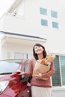 買い物袋を抱えている笑顔の日本人女性