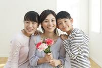 母の日のお祝いをする日本人親子