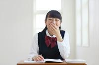 授業中に大笑いする高校生