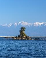 富山県 雨晴海岸から見る女岩と立山連峰